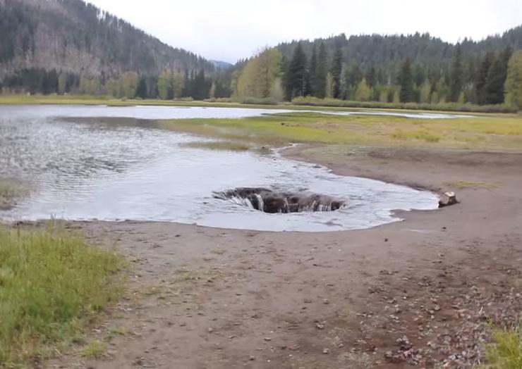 Озеро, которое исчезает каждое лето (видео)