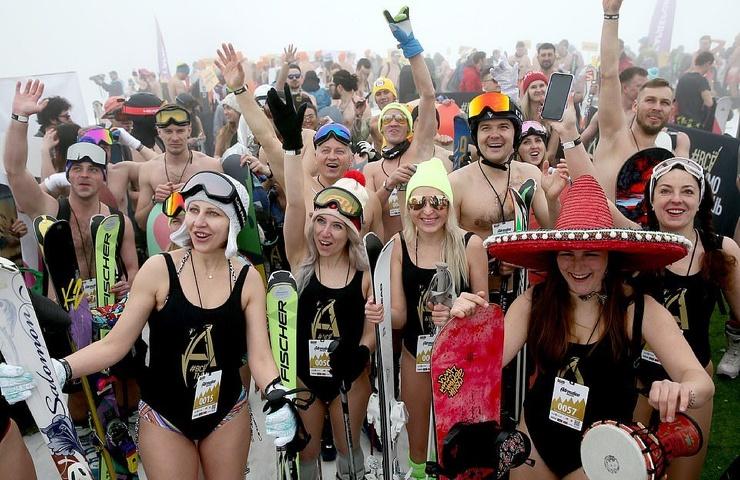 BoogelWoogel в Сочи сотни отважных лыжников на склонах в бикини и нижнем белье (35 фото)