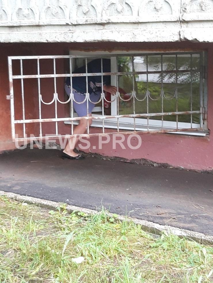Саратовские пациенты вынуждены попадать в свою поликлинику через окно