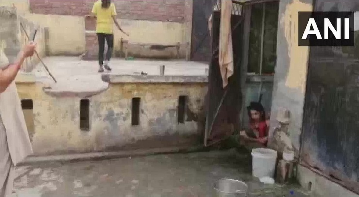 В Индии правозащитники спасли женщину, которую муж запер в туалете на полтора года  фото  видео