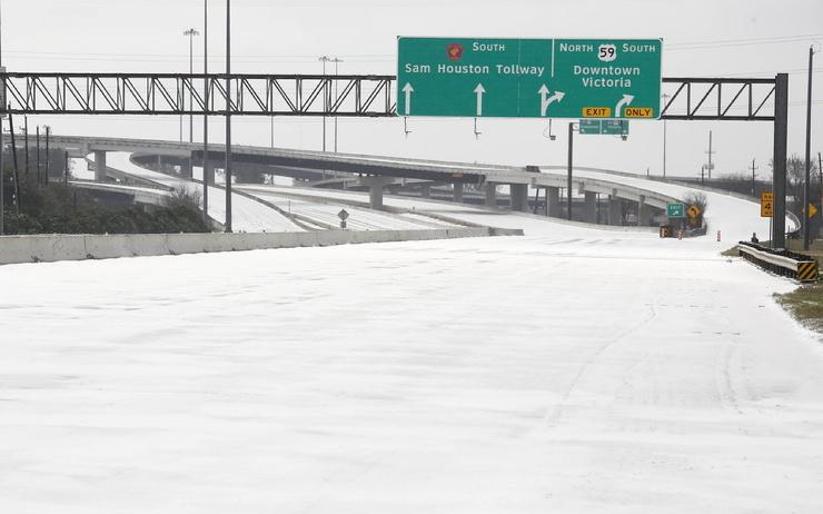 Более 4 миллионов жителей Техаса остались без электричества после резкого похолодания. Из-за непогоды погибли 2 человека