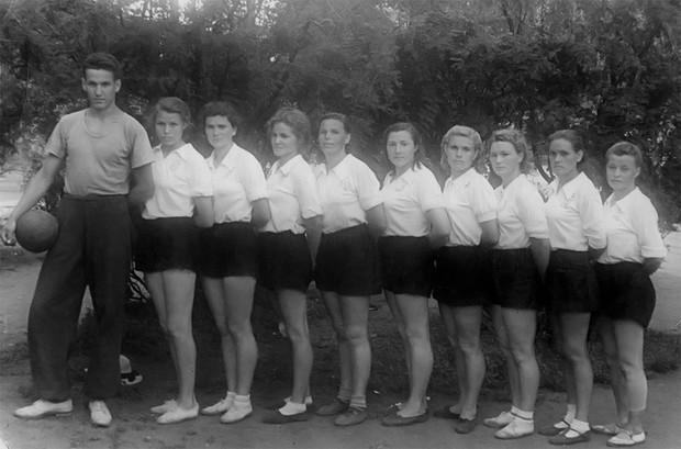 История одной фотографии Ельцин тренирует волейболисток, 1952 год