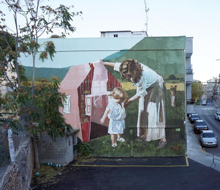 Старые семейные фотографии, нарисованные на стенах домов
