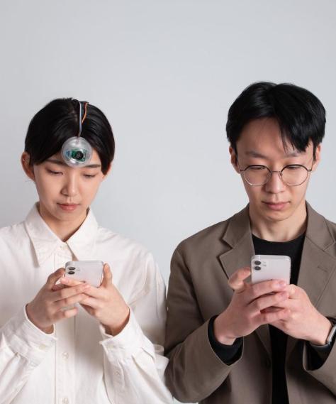 Молодой ученый изобрел третий глаз, чтобы ты мог смотреть в смартфон на ходу и не врезаться в столбы