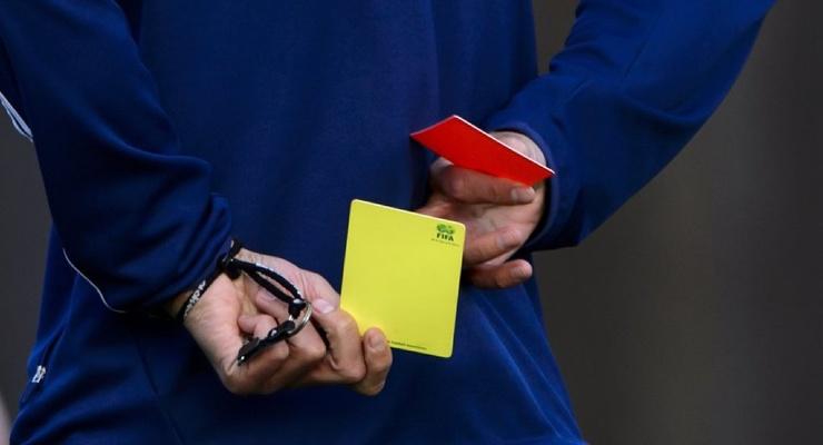 Когда в футболе появились красные и желтые карточки?