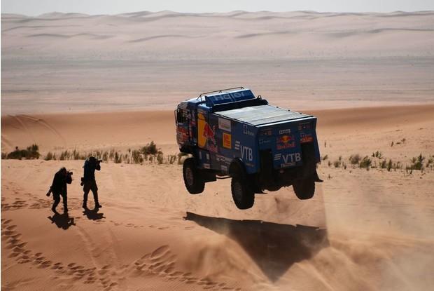 Осторожно, низколетящие грузовики! на что способен гоночный КАМАЗ (20 фото)