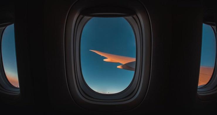 Зачем нужны отверстия в иллюминаторах самолётов