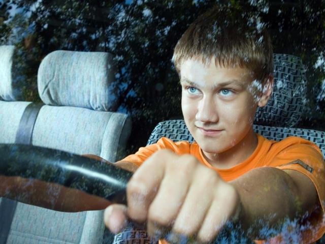 В Госдуме предложили разрешить водить автомобиль с 16 лет