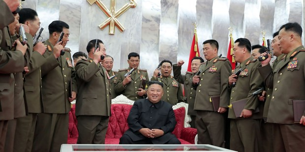 История одного фото Ким Чен н и его верные пистолеты
