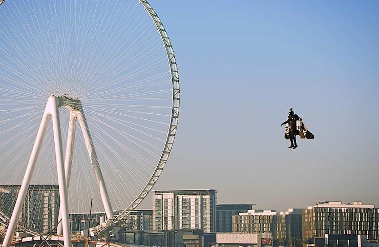 Видео Мужчина поднимается на джетпаке на полторы тысячи метров