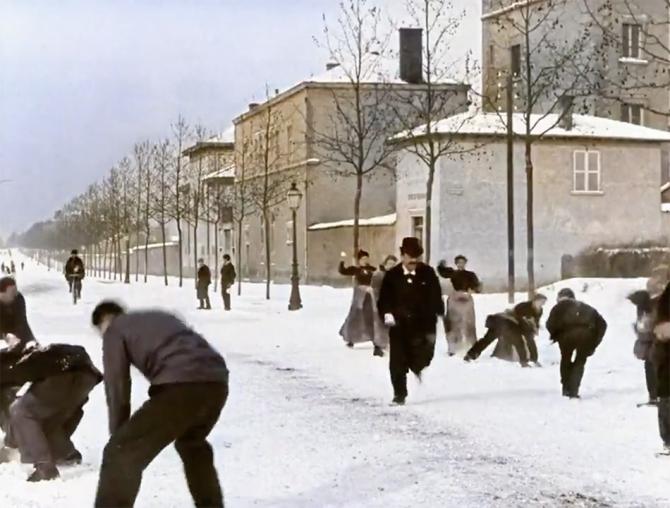 Раскрашенная версия фильма Люмьеров Смотрите, как французы играли в снежки 124 года назад (видео)