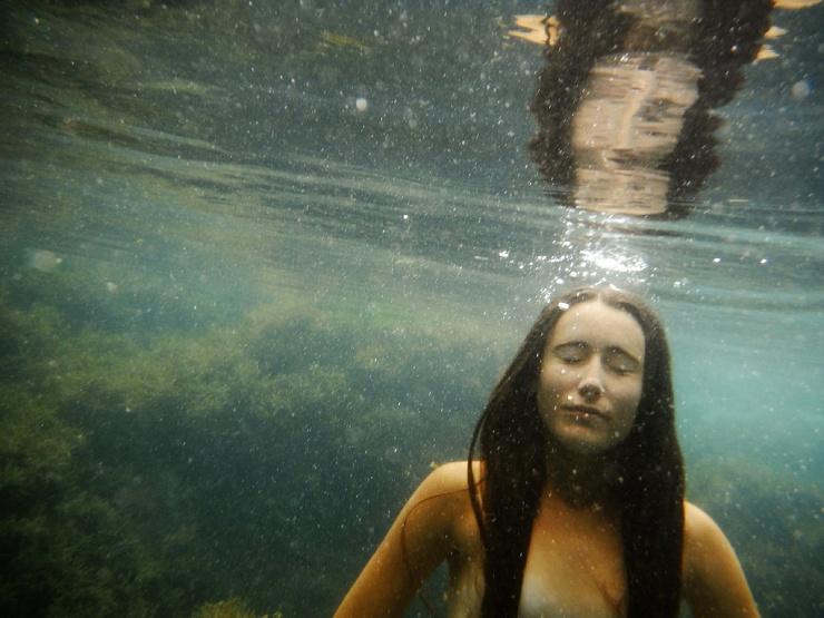 Обнаженные девушки в приливных бассейнах в фотопроекте Яны Тойбер