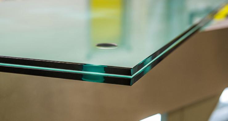 Почему прозрачное стекло кажется с торца зелёным