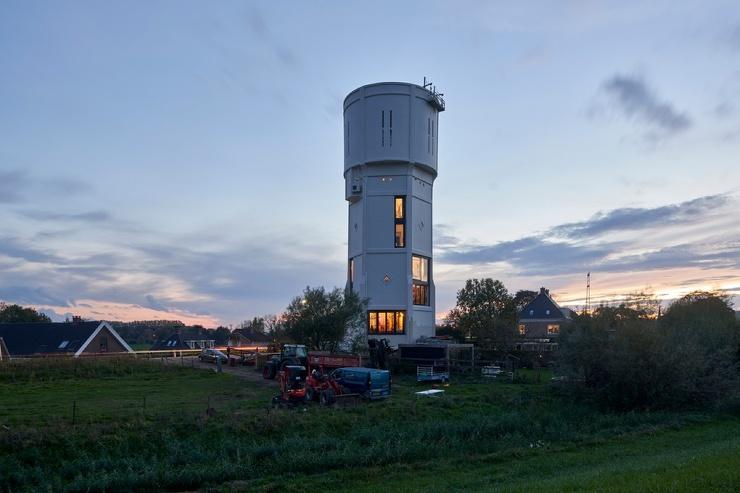 Два брата превратили старую водонапорку в Нидерландах в жилье для восьми человек