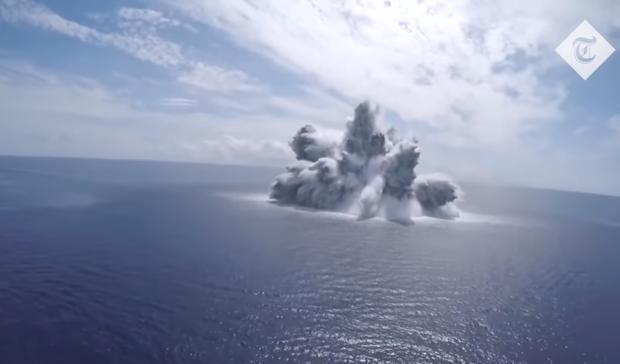 Военные взорвали 18-тонную подводную бомбу, чтобы проверить на прочность авианосец (эпичное видео)