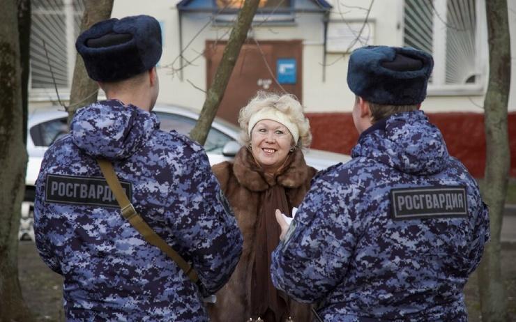 В Москве пенсионерка выбросила с балкона полмиллиона рублей по просьбе лжеполицейских