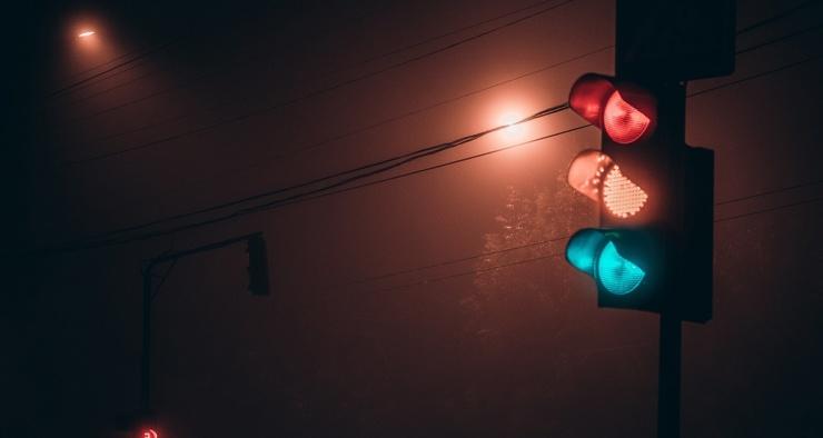 Почему красный сигнал светофора расположен сверху