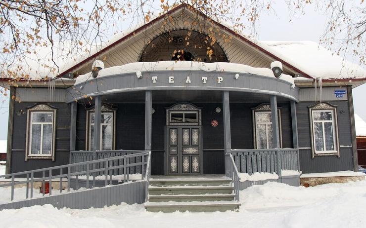 Сельский театр собрал через краудфандинг больше 300 тысяч рублей на новый туалет. На учреждение обратил внимание Кирилл Серебренников  и зовет туда
