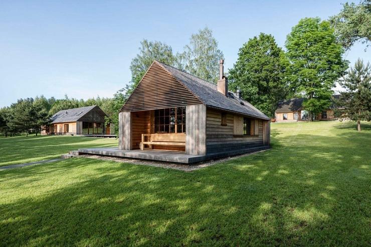 Усадьба в стиле барнхаус на берегу озера в литовской деревне