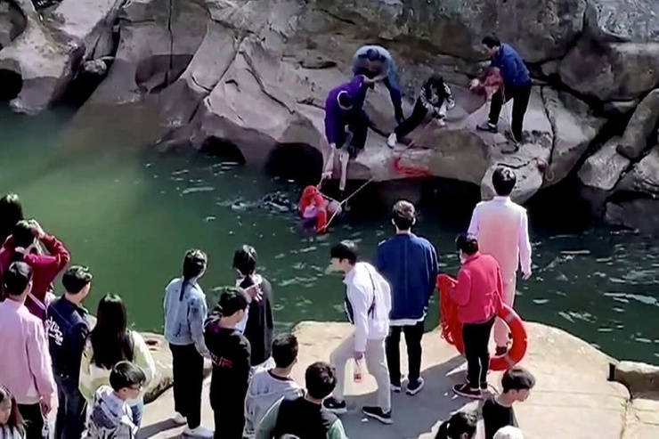 В Китае 61-летний британский консул спас тонущую девушку