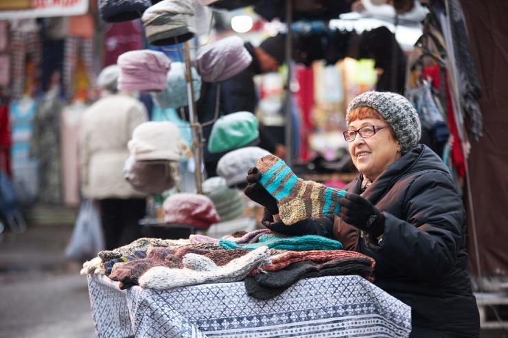 Delivery Club скупит вязаные носки у бабушек, торгующих на улицах. И подарит их курьерам