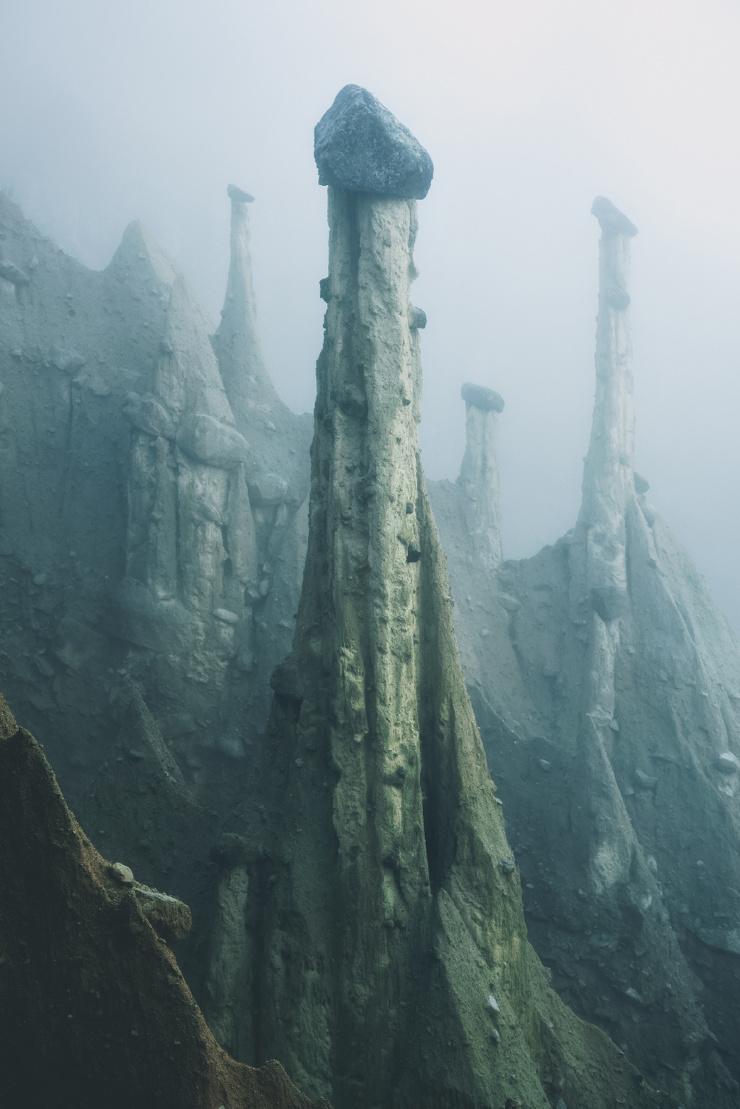 Земляные столбы (6 фото)