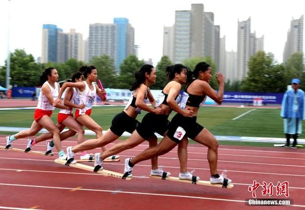 Традиционный китайский спорт групповой бег на лыжах летом