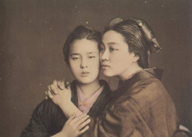 Токийский суд обязал женщину заплатить мужчине за лесбийскую связь с его женой
