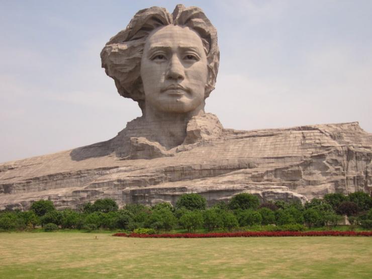 Огромная голова молодого Мао (10 фото)