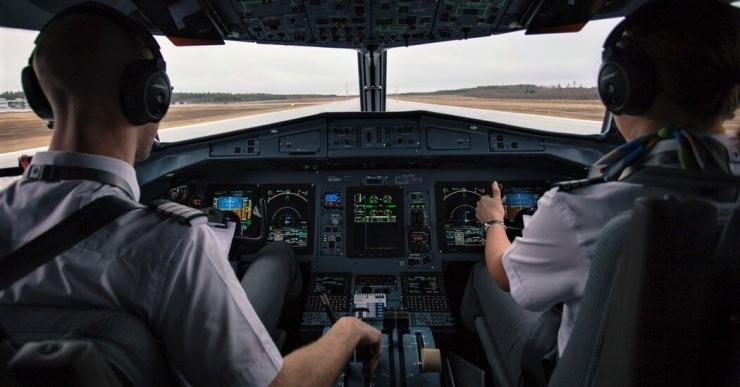 Пилота оштрафовали на 5 тысяч за просмотр порно во время рейса