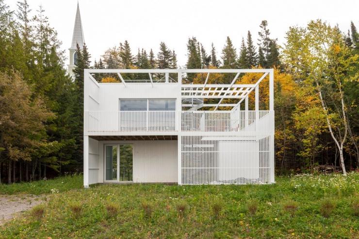 Геометрический дом с фасадом-фильтром из белых ламелей в Канаде (11 фото)