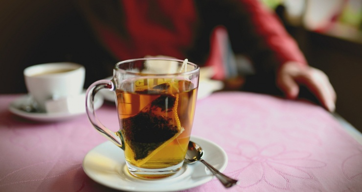 Почему не рекомендуется выжимать чайный пакетик, замоченный в горячей воде