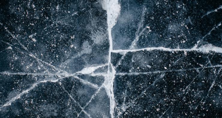 Почему лед скользкий