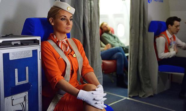 Стюардесса рассказала, почему ремни безопасности у бортпроводников прочнее, чем у пассажиров (видео)
