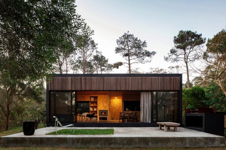Компактный сборный дом, интегрированный в лесной ландшафт в Уругвае