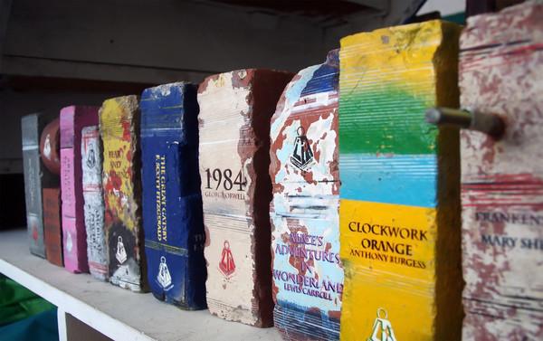 Австралийские книги из кирпичей (14 фото)