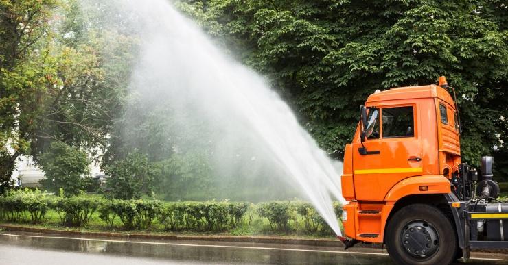 Зачем автомобильные дороги моют в дождь?