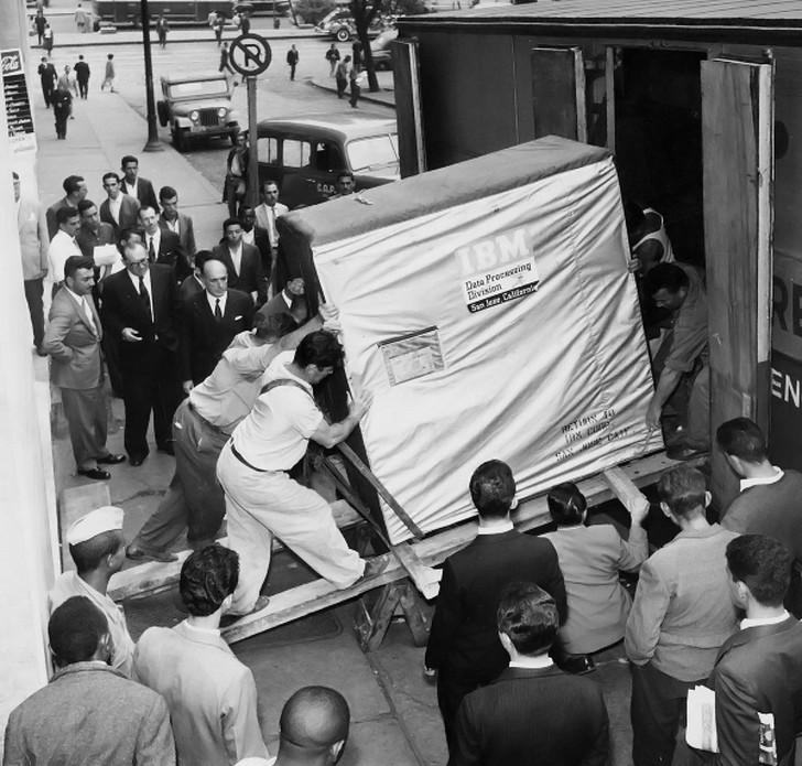 История одной фотографии грузчики поднимают жесткий диск компьютера, 1956