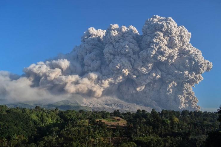 Впечатляющие фотографии извержения вулкана в Индонезии  фото  видео
