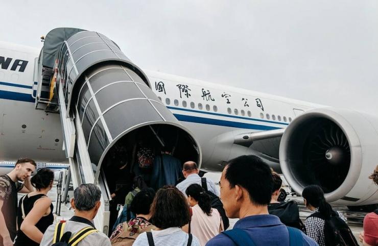 Почему пассажиры поднимаются на борт самолета только с левой стороны