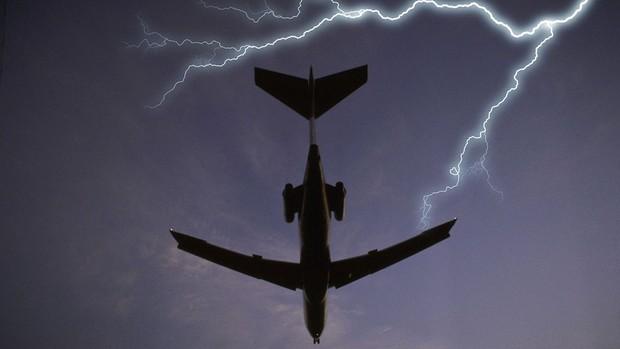Почему самолеты не падают от попадания молнии