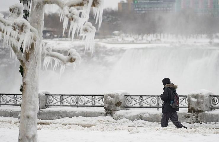 Потрясающие изображения Ниагарского водопада зимой показывают, как брызги воды превращаются в лед (15 фото)