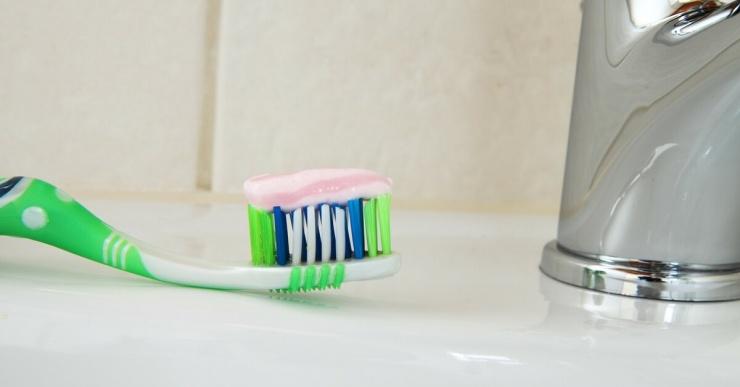 Почему нельзя чистить зубы сразу после еды? Отвечают эксперты