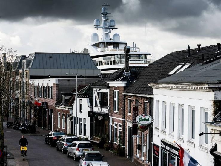 Впечатляющие кадры большая яхта маневрирует по узким каналам в Нидерландах