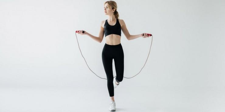 Тренировка дня мощное 15-минутное кардио со скакалкой