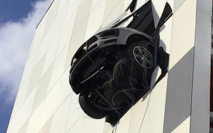В Москве Porsche российского хоккеиста пробил стену паркинга