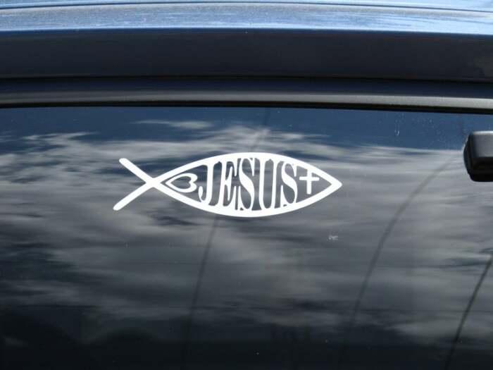 Что означает такая «рыбка» на кузове автомобиля?