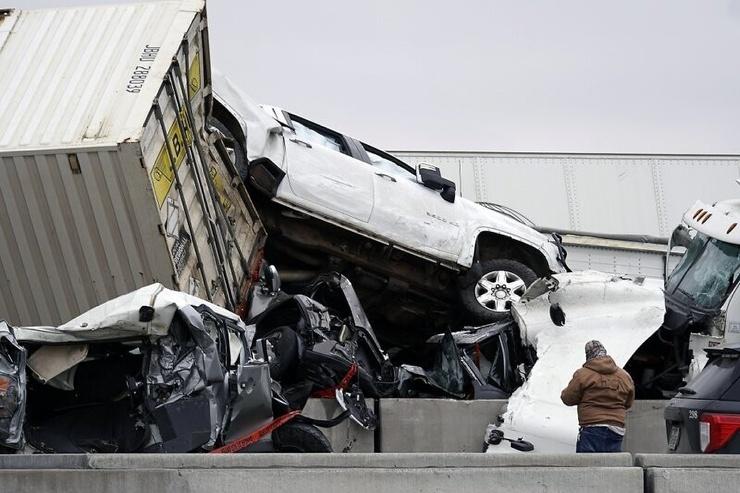 В США больше 100 машин столкнулись из-за обледенения дороги. Десятки человек пострадали + видео