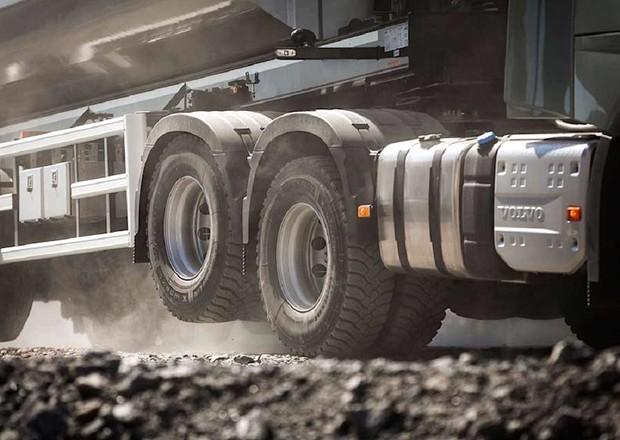 Зачем грузовики поднимают задние колеса
