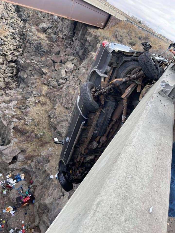 Невероятный момент: пожилую пару спасли из пикапа, висящего на высоте 30 метров над каньоном (11 фото,видео)